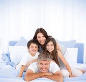 Glückliche familie, die in die kamera schaut — Stockfoto