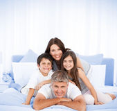 Happy familly looking at the camera — Stockfoto