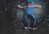 Fajny młody skater robi ollie podstęp — Zdjęcie stockowe