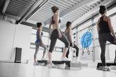 Bakifrån kvinnor gör övningen med blå futuristiska gränssnitt — Stockfoto