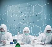 Chemików pracy w strój ochronny z futurystyczny interfejs — Zdjęcie stockowe