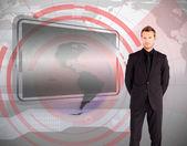 站在反对接口和空白屏幕的商人 — 图库照片