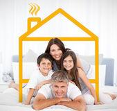 šťastná rodina, při pohledu na fotoaparát — Stock fotografie
