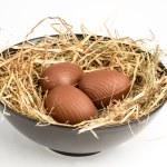 huevos de chocolate de Pascua en paja en tazón de fuente — Foto de Stock