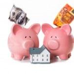 Dollar und Euro-Noten, ragte aus Sparschweine mit Modell hom — Stockfoto