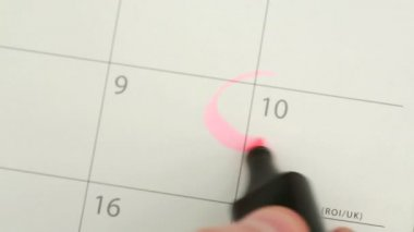 Man circling mothers day on calendar — Stock Video