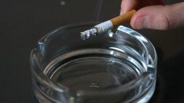 Hand kantelen as uit sigaret in asbak — Stockvideo