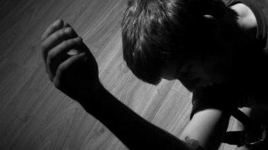 Závislý na heroinu klesá v černé a bílé — Stock video