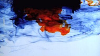 Blå orange och svart bläck virvlande i vatten — Stockvideo