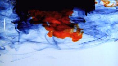 Inchiostro blu arancia e nero vorticoso in acqua — Video Stock