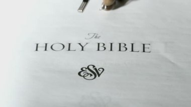 Wchodzących na pierwszej stronie Pisma Świętego Różańca — Wideo stockowe