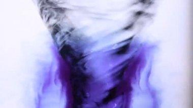 синие чернила, закрученной в водоворот воды — Стоковое видео