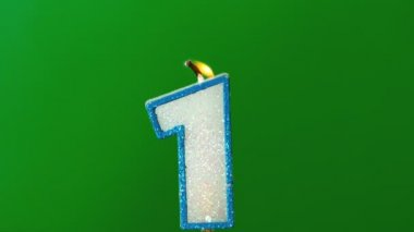 One birthday candle flickering and extinguishing on green background — Stock Video