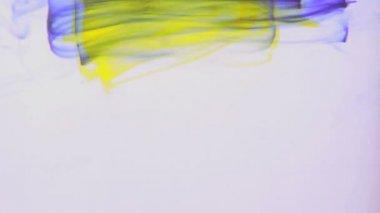 Tinta amarela e roxa, rodopiando em água — Vídeo Stock