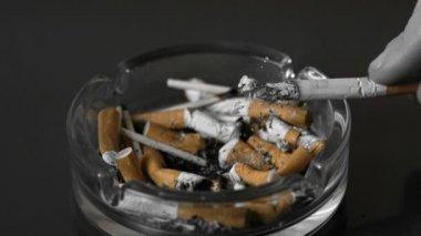 Ręka, wyrzucanie popiołu z papierosa w popielniczce — Wideo stockowe