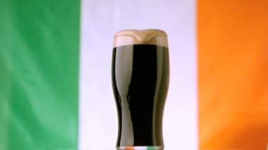 Head of pint of stout spilling over — Stock Video