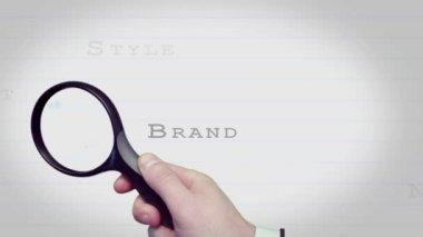 увеличительное стекло, поиск бизнес модных слов — Стоковое видео