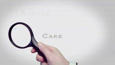 Zvětšovací sklo, hledání zákazníka péče slůvky — Stock video