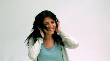 Mujer escuchando y bailando con auriculares — Vídeo de Stock