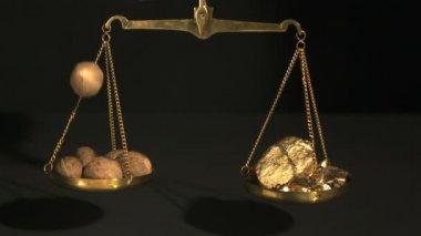 Gewicht tussen spice en goud op zwarte achtergrond — Stockvideo