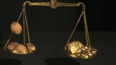 Gewicht zwischen gold und muskatnuss — Stockvideo