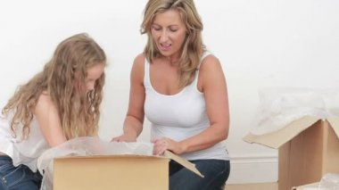 Anne ve kızı kupalar açma video — Stok video