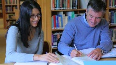 мужчина и женщина говорят в библиотеке — Стоковое видео