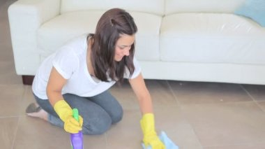 Video of woman scrubbing the living room floor — Stock Video