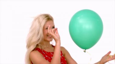 Blonde woman piercing her balloon — Stock Video