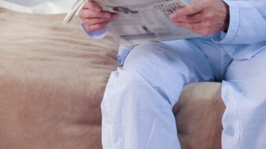 Old couple reading a book and newspaper — Stock Video