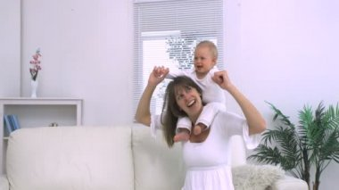 Mother playing with her child on the shoulders — Stock Video