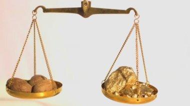 Peso entre especiarias e ouro — Vídeo Stock