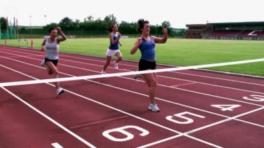 Atletas cruzando a linha de chegada — Vídeo stock