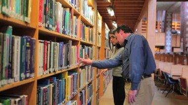 Vrouw en man vinden van een boek — Stockvideo