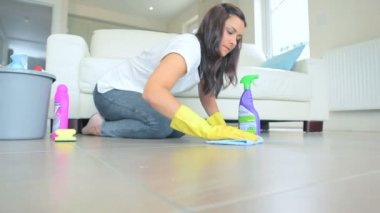 Woman cleaning a floor living room — Stock Video