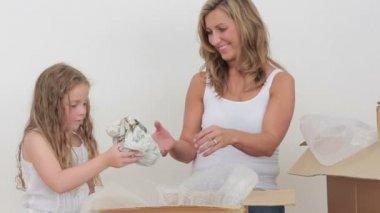 母亲和女儿开箱杯子的录像 — 图库视频影像