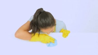 Happy cleaning lady wiping downwhite surface — Stock Video