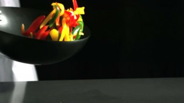 Chef tossing wok of peppers — Stock Video