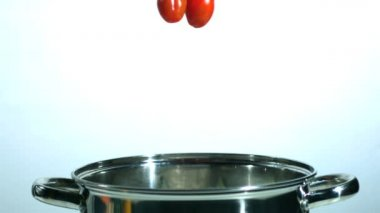 Vine tomatoes falling in saucepan — Stock Video