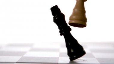 Pieza de ajedrez blanco tumbando negro — Vídeo de stock
