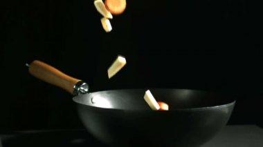 """""""wok"""" un düşen parsnips ve doğranmış havuç — Stok video"""