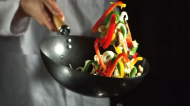 Chef making vegetable stir fry in wok — Stock Video