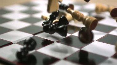 Piezas de ajedrez cayendo a bordo — Vídeo de stock