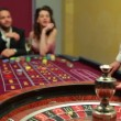 Dealer spinning the roulette wheel — Vídeo de stock