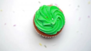 St patricks day cupcake turning with sprinkles falling — Stock Video