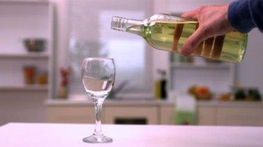 Mano vierte vino en vidrio blanco — Vídeo de Stock