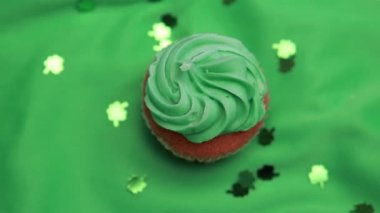 St patricks day cupcake revolving with shamrock confetti falling — Stock Video