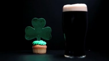 Pint of stout and st patricks day cupcake — Stock Video