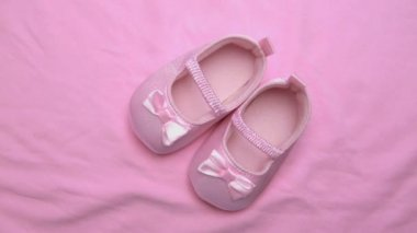 Pink baby booties on pink blanket — Stock Video