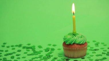 St patricks day cupcake with shamrock confetti — Stock Video